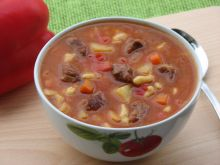 Zupa gulaszowa z zacierkami
