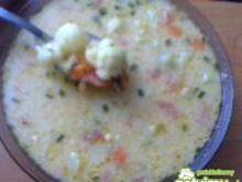 Zupa kalafiorowa z pomidorem i groszkiem