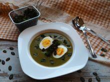 Zupa krem z jarmużu z jajkiem i chipsami