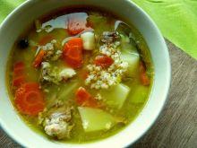 Zupa krupnik gotowana na gęsich skrzydełkach