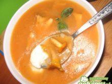 Zupa kurkowa z sokiem z marchwi i serem