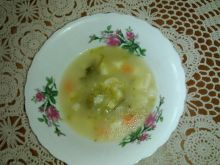 Zupa ogórkowa na kościach z ziemniakami