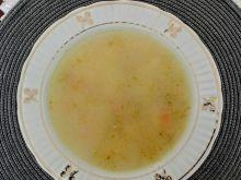 Zupa ogórkowa z kostkami z kaszy manny
