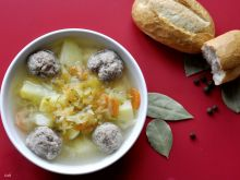 Zupa ogórkowa z mięsnymi kulkami