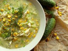 Zupa ogórkowa ze świeżych ogórków z kukurydzą
