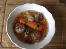 Zupa pomidorowa z makaronem i mięsnymi kulkami