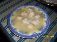 Zupa rybna z kulkami rybnymi.