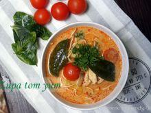 Zupa tom yum z makaronem ryżowym