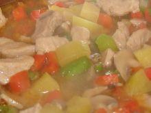 Zupa z cukinii z dodatkiem pieczarek i papryki