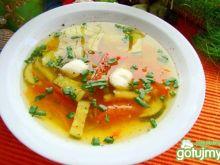 Zupa z cukinii z kulkami mozzarelli