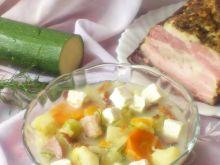 Zupa z cukinii z wędzonym boczkiem i fetą