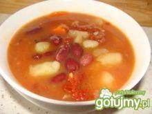 Zupa z czerwonej fasoli z pomidorami