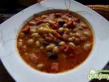Zupa z kolorowej fasoli z kiełbasą