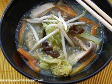 Zupa z kurczaka z makaronem chińskim na
