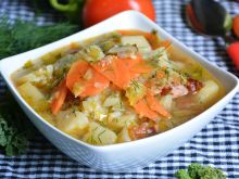 Zupa z młodą kapustą, kiełbasą i pomidorami