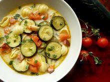 Zupa z młodej cukinii i pomidorów z makaronem