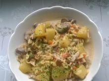 Zupa z mrożonymi brązowymi pieczarkami i makaronem