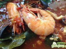 Zupa z owoców morza z nutką pomidorów.