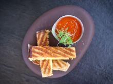 Zupa z pieczonych pomidorów z tostem