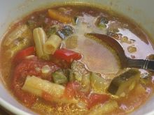 Zupa z pomidorami , cukinią i fasolką szparagową