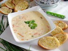 Zupa z topionego serka z grzankami