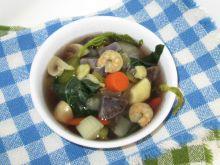Zupa z yam, bok choy i krewetkami