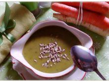 Zupa z zielonego groszku z chlebem żytnim
