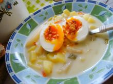 Zupa ziemniaczana z białymi szparagami i jajkiem