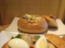 Żurek w chlebkach z kiełbasą i jajkiem