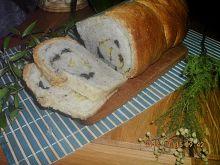 Zwijany chlebek z czosnkiem, serem i oliwkami
