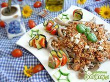 Żytni makaron z sosem i szaszłykami