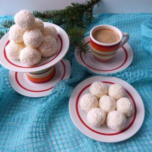 Kuleczki kokosowe z migdałami - Kuleczki kokosowe można nadziewać orzeszkami