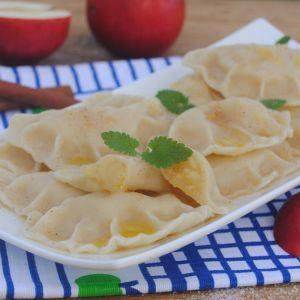 Pierogi z jabłkami - Moja mama zawsze wykrawała nożem kwadraty i po nałożeniu pokrojonych jabłek sklejała pierożki formując je na kształt koperty:).  Niezależnie jednak od kształtu zawsze smakują pysznie:).