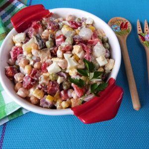 Szybka sałatka z kabanosami - Sałatkę podawać samą lub z dodatkiem pieczywa