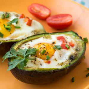 Jajko zapiekane w awokado z bekonem, czerwoną papryką i szczypiorkiem