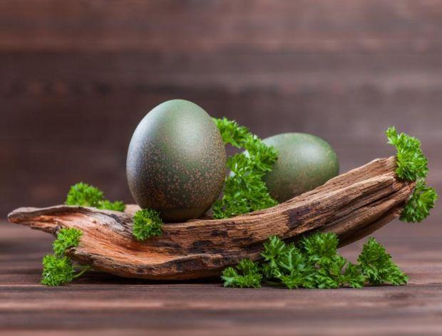 barwienie jajek na zielono