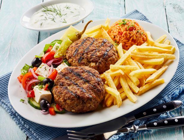 Bifteki z frytkami i sałatką grecką
