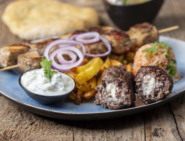 Bifteki z fetą – przepis na greckie kotlety mielone