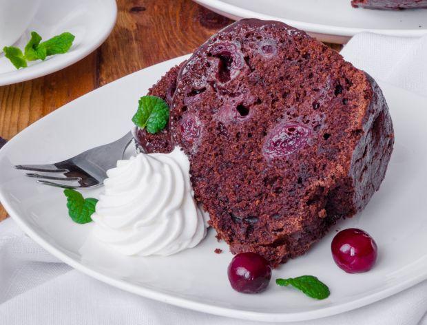 Jak zrobić ciasto czekoladowe z wiśniami?