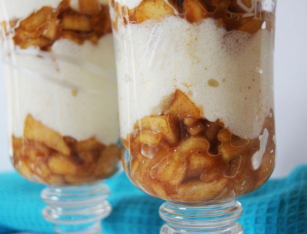 Deser z kaszy manny i karmelizowanych jabłek
