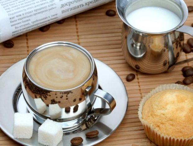 Dodajemy do kawy mleko