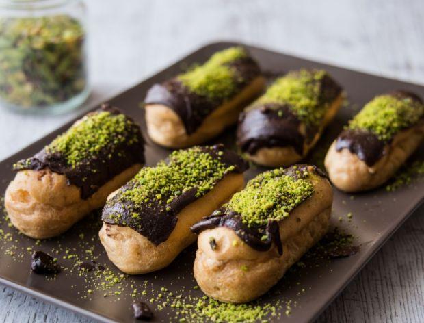 Eklery z czekoladą i pistacjami