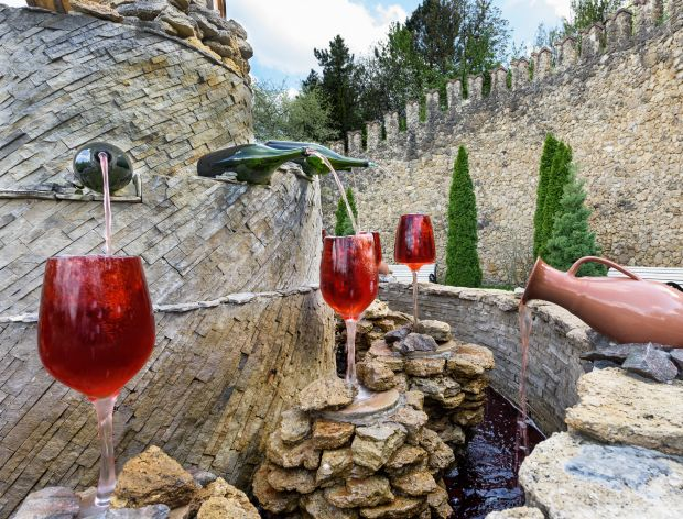 Fontanna z winem, z której można pić za darmo!