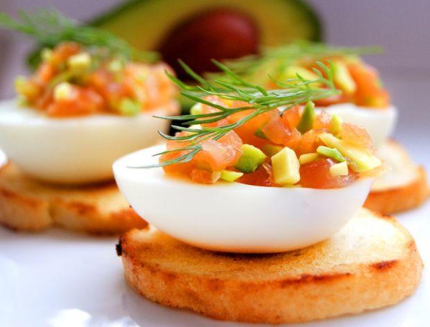 Jajka faszerowane łososiem i awokado