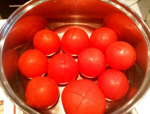 Jak szybko pozbyć się skórki z pomidora?