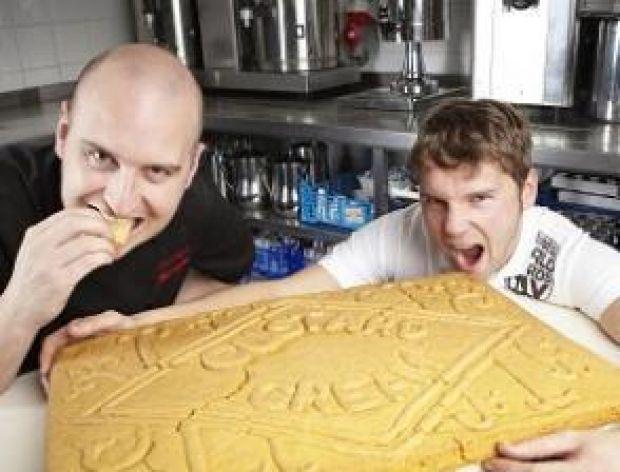 Największe ciastko custard cream!