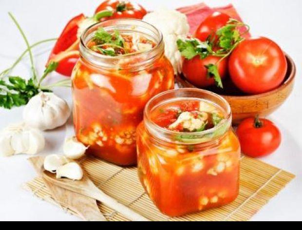 Otwarty słoiczek z pastą pomidorową