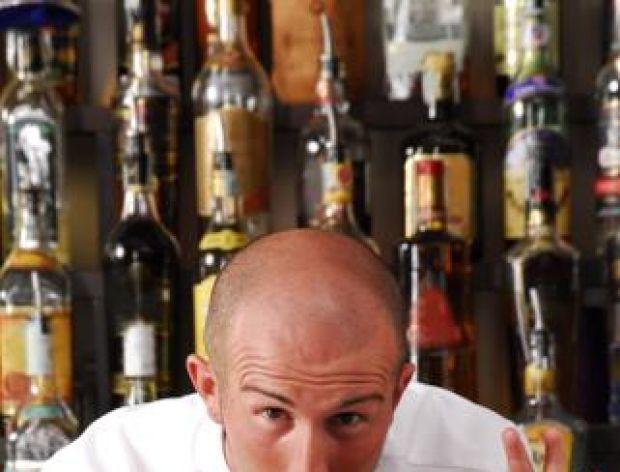 Pijany facet w barze zbiera się do domu