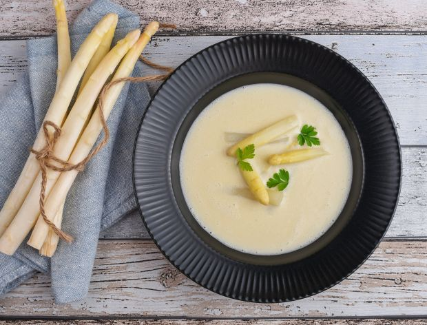 Krem z białych szparagów – prosty przepis na letnią zupę
