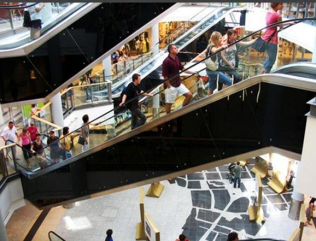Przez Euro 2012 mniej ludzi robi zakupy w centrach